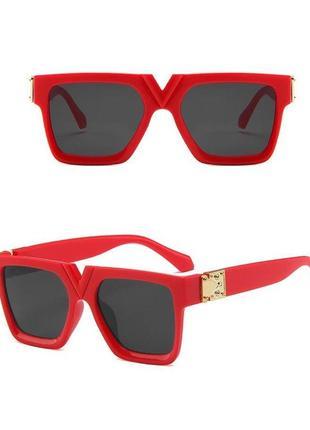 Стильные очки в красной оправе