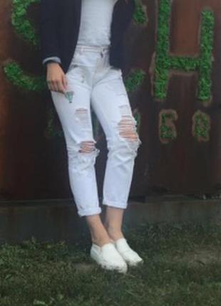 Белые рваные джинсы с патчами нашивками stradivarius