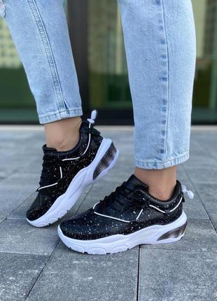 Стильные черно-белые кроссовки