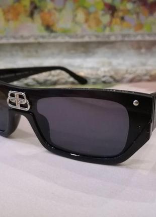 Элегантные и стильные чёрные очки с логотипом