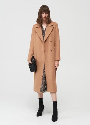 Длинное тёплое нюдовое пальто mohito