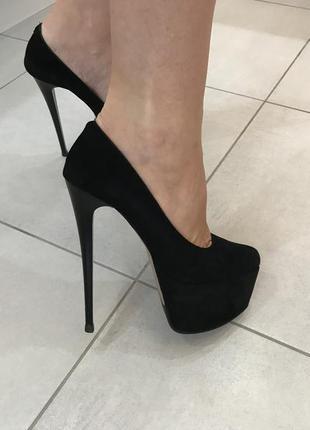 Туфли замшевые чёрные на высоком каблуке