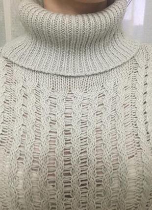 Серый свитер в косы