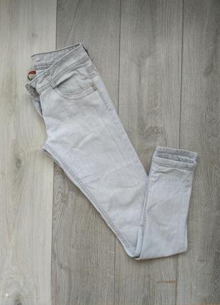 Світлі джинси-скіні