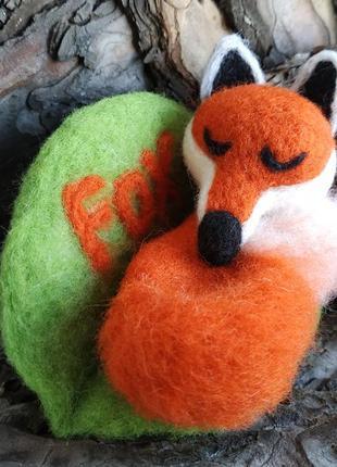 Валяная фигурка спящей лисы