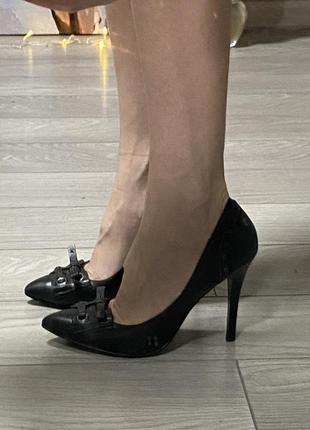 Деловые офисные чёрные туфли guess