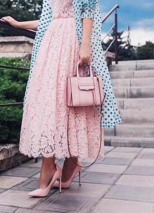 Новое{с биркой} шикарное кружевное платье миди с открытыми плечами цвета пудры asos