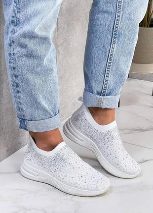Белые кроссовки со стразами