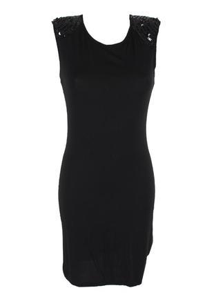 Черное трикотажное платье с декором на плечах