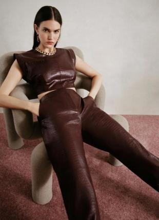 Новый крутой кожаный костюм zara штаны и топ с широкими плечами кожзам
