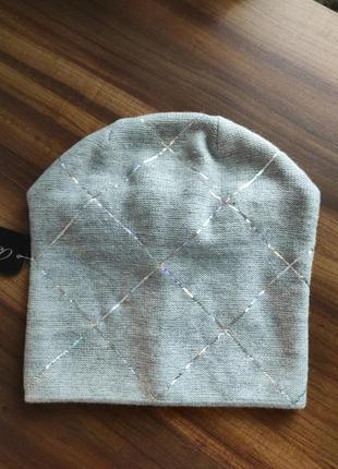 Стильная шапка с галографическими полосками
