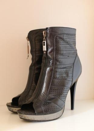 Кожаные туфли (босоножки) с открытым носком.