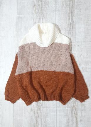 Объемный вязаный свитер