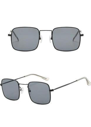 Стильные чёрные квадратные очки