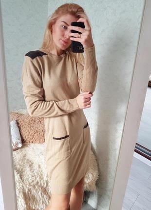 Тепла сукня кемел з карманами та шкірзамовими вставками від атм