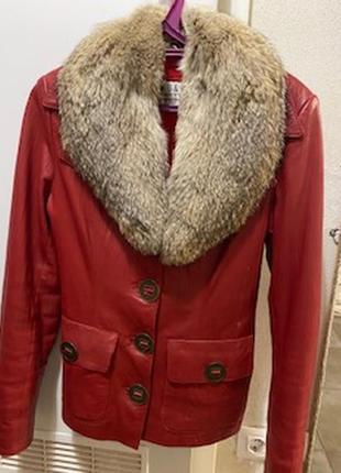 Яркая кожаная курточка с красивым натуральным меховым воротником