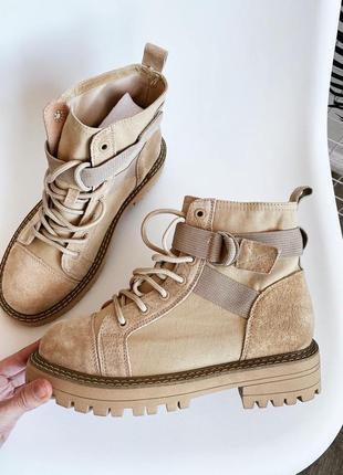 Замшевые ботинки на рифленой подошве