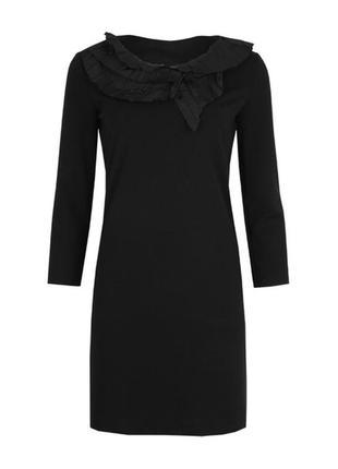 Чёрное шерстяное трикотажное платье с гофрированным воротником