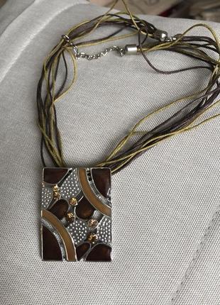 Стильное украшение под шею с подвесом