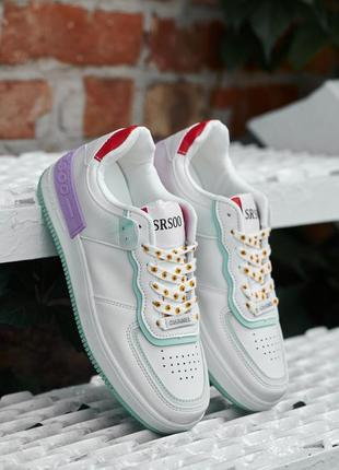 Белые кроссовки с цветочками под бренд