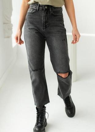 Стильные джинсы мом с прорезями дырками
