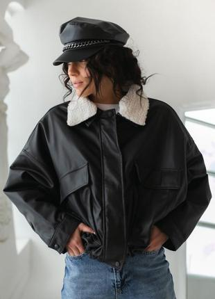 Кожаная демисезонная куртка свободного кроя