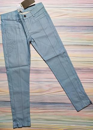 Голубые брюки из кожзама с цветами mayoral р. 10