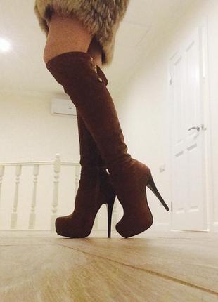 Замшевые ботфорты коричневого цвета на высоком каблуке