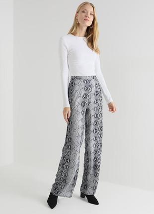 Широкие брюки палаццо с высокой талией эффектные брюки в змеиный принт