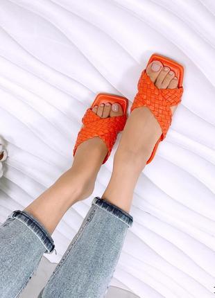 Стильные оранжевые шлепанцы с плетеными лямками