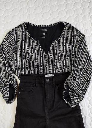 Чёрно-белая блузка на пуговицах,с карманами в орнамент от indigo