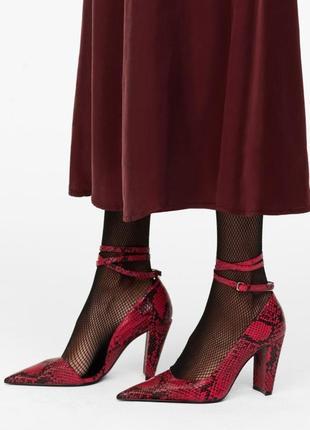 Красные кожаные туфли zara с тиснением