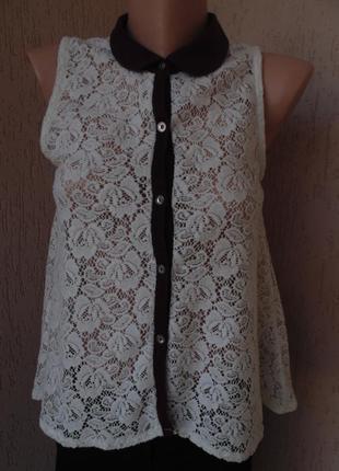 Ажурна блуза з бордовим комірцем
