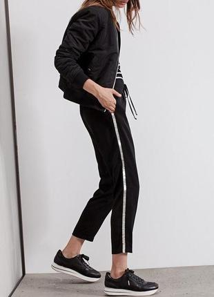 Чёрные брюки с лампасами прямого кроя