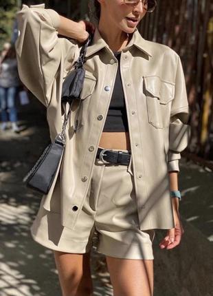 Бежевый кожаный костюм из экокожи с шортами и рубашкой
