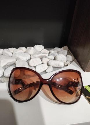 Стильные, женские, солнцезащитные очки. цвет линз - коричневый