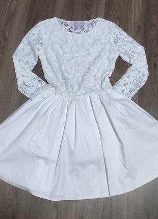 Платье белое, с кружевным верхом. пышное.