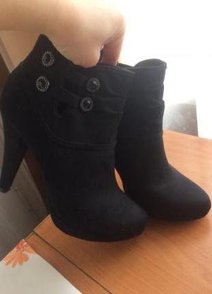 Чорні черевики на каблуку