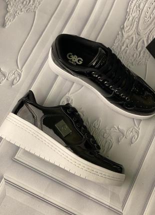 Черные лакированные кроссовки на танкетке