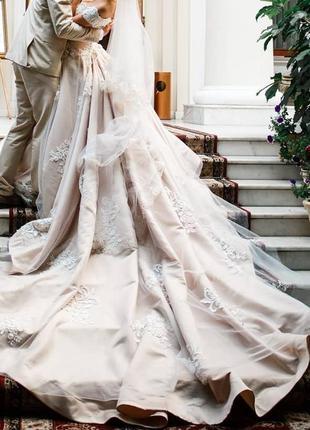Свадебное платье бежевое с длинным шлейфом