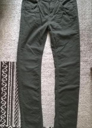 Стильные узкие штаны на осень цвета хаки