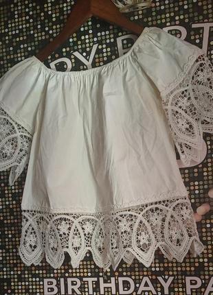 Белая блузка с кружевами