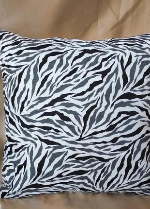 Декоративная наволочка с черно белым принтом 35*35 см