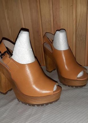 Коричневые кожаные босоножки на высоком толстом каблуке и толстой подошве