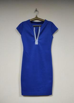 Платье со стразами по вырезу на груди, короткий рукав.