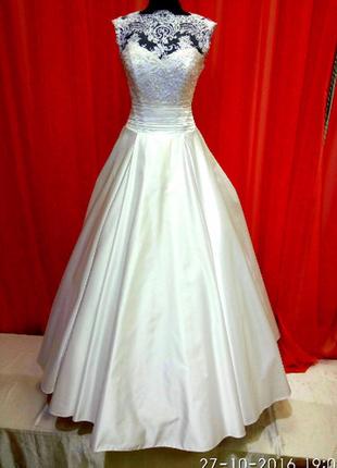 Белое атласное свадебное платье.