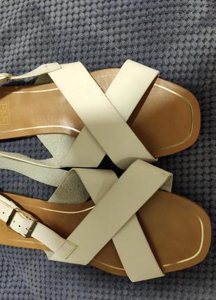 Кожаные белые босоножки,39 размер