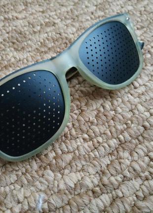 Перфорированные очки с черными линзами тренировочные для зрения