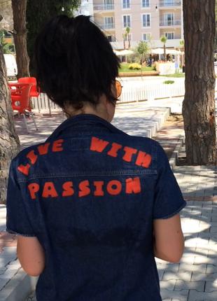 Джинсовая рубашка levi's с актуальной надписью на спине