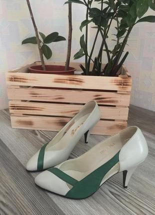 Натуральная кожа. белые с зелёным туфли на шпильке. размер 38,5.